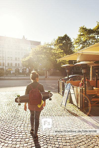Rucksack Frau gehen Weg Straße Cafe Skateboard Rückansicht Ansicht Rucksack,Frau,gehen,Weg,Straße,Cafe,Skateboard,Rückansicht,Ansicht