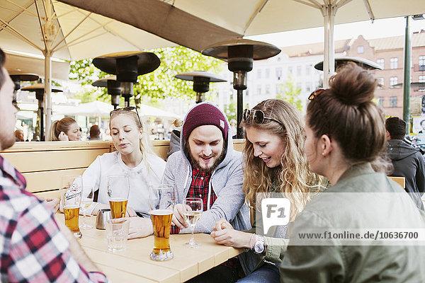 sitzend Fröhlichkeit Freundschaft Weg Cafe Besuch Treffen trifft Karte vorlesen sitzend,Fröhlichkeit,Freundschaft,Weg,Cafe,Besuch,Treffen,trifft,Karte,vorlesen