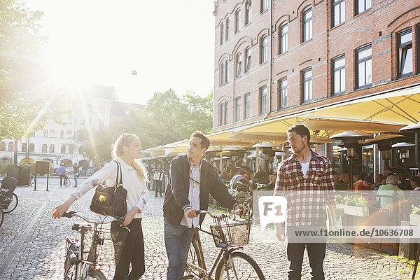 Freundschaft unterhalten Straße Großstadt Skateboard Fahrrad Rad
