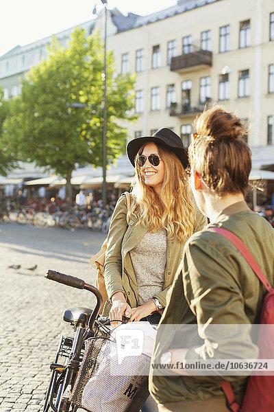 stehend Frau Straße Großstadt Fahrrad Rad stehend,Frau,Straße,Großstadt,Fahrrad,Rad