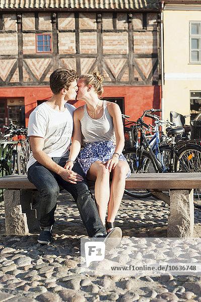 sitzend küssen Großstadt Sitzbank Bank jung Länge voll