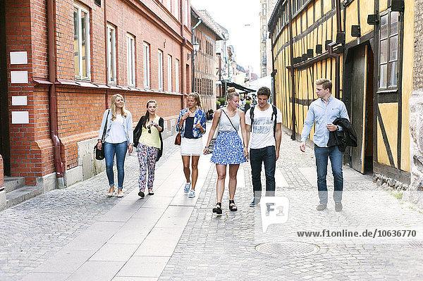 Freundschaft gehen Straße Großstadt Länge voll