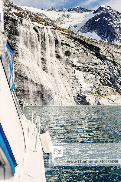 niedrig Berg über Boot Meer Wasserfall Ansicht Flachwinkelansicht Winkel