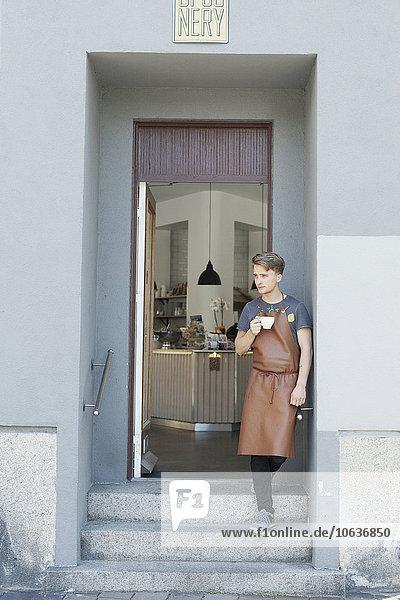 stehend Eingang Cafe Inhaber Kaffee Nachdenklichkeit stehend,Eingang,Cafe,Inhaber,Kaffee,Nachdenklichkeit