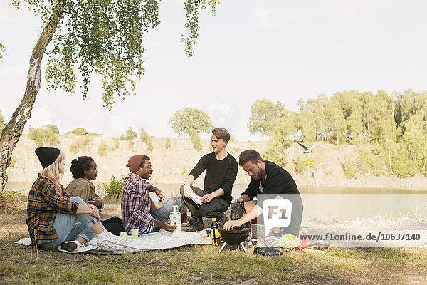 Fröhlichkeit Freundschaft Picknick multikulturell