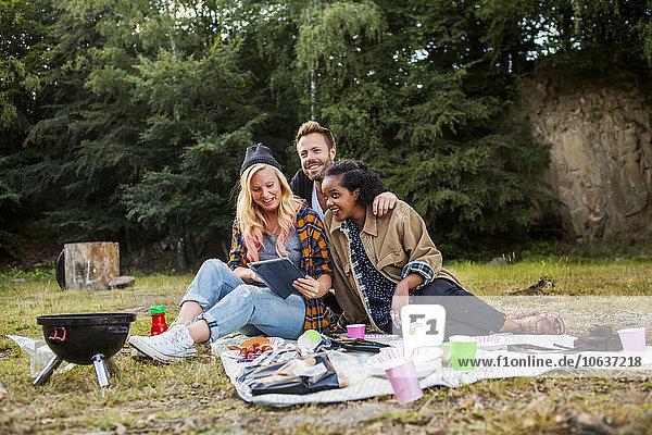 Zusammenhalt benutzen Freundschaft lächeln Picknick Wald Tablet PC