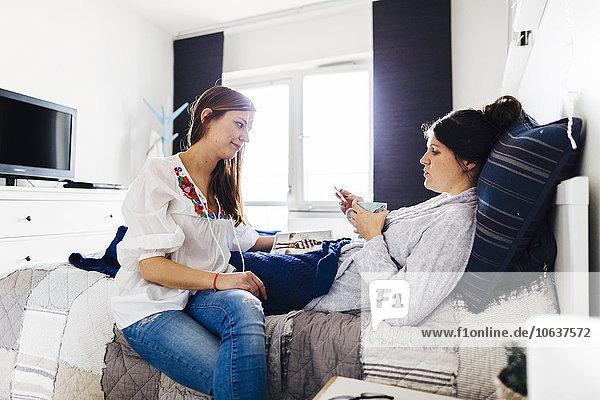 Frau sehen Gesundheitspflege halten Bett Freund