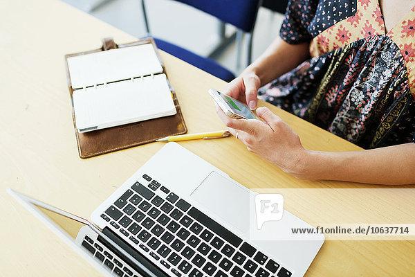Handy hoch oben benutzen Schreibtisch Klassenzimmer Student Kurznachricht Ansicht Flachwinkelansicht Winkel