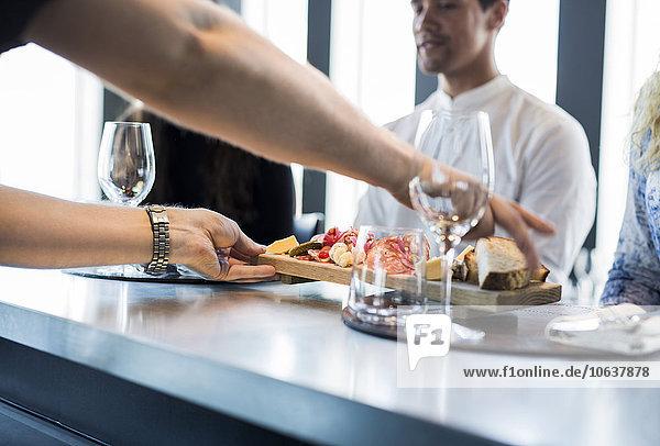Anschnitt Fotografie geben Lebensmittel Restaurant Kunde Kellner
