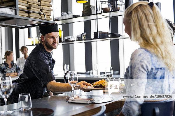 Frau Essgeschirr geben Himmel Restaurant Köchin