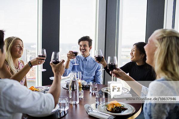 Fröhlichkeit Freundschaft Himmel Restaurant Rotwein Bar zuprosten anstoßen