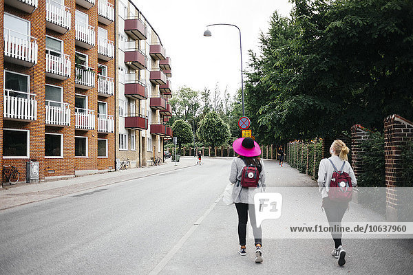 Frau gehen Straße Großstadt Rückansicht Ansicht Länge voll