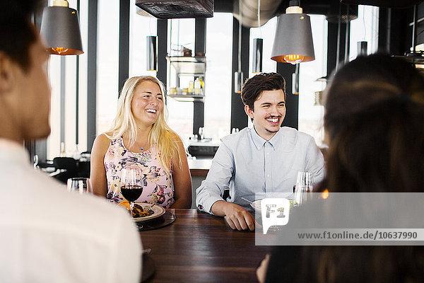 sprechen Fröhlichkeit Freundschaft Restaurant Gericht Mahlzeit