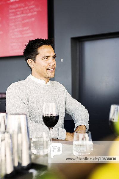Mann Fröhlichkeit Glas Restaurant Rotwein jung Tresen