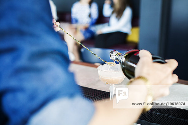 Anschnitt Fotografie Glas eingießen einschenken Restaurant Cocktail Barkeeperin