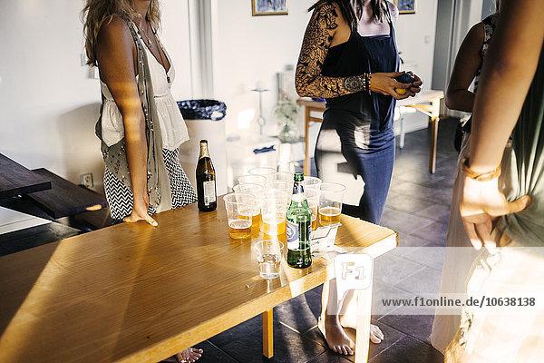 Interior zu Hause Freundschaft Bier spielen