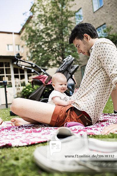 sitzend Menschlicher Vater Garten Mädchen Baby