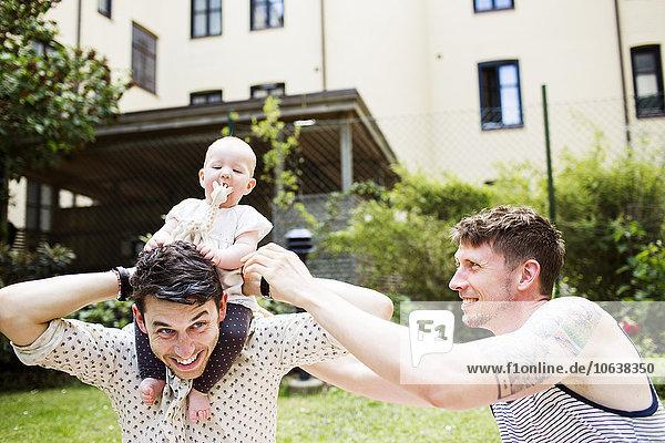 Mann Fröhlichkeit Garten Mädchen Baby spielen