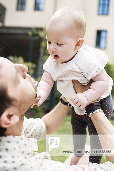 tragen Spiel Menschlicher Vater Garten Mädchen Baby
