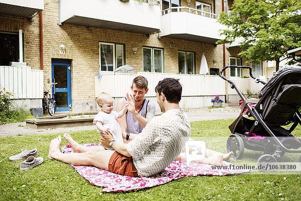 Mann Garten Mädchen Baby spielen