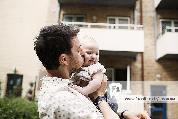 Außenaufnahme Liebe Menschlicher Vater küssen Gebäude Mädchen Baby