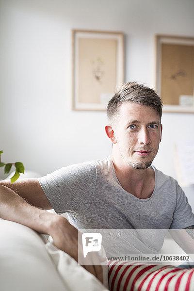 sitzend Interior zu Hause Portrait Mann Couch Mittelpunkt Erwachsener