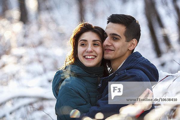 Liebevolles junges Paar  das sich im Winter umarmt.