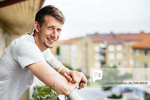 angelehnt Portrait Mann Fröhlichkeit Balkon Ansicht Seitenansicht