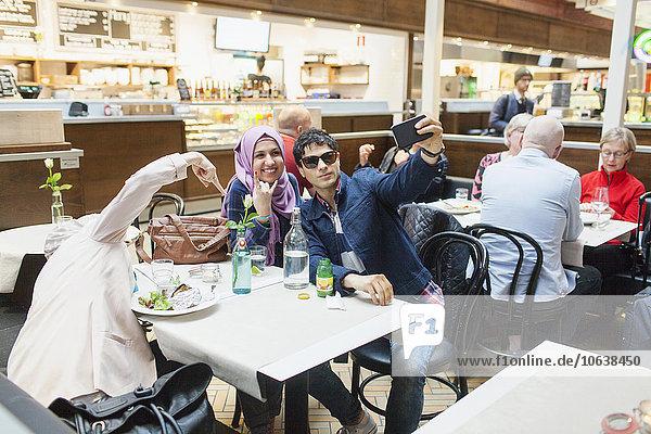 Fröhlichkeit Freundschaft nehmen Lebensmittel Cafe Zug Haltestelle Haltepunkt Station