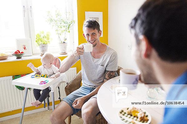 hoch oben Interior zu Hause Mann Stuhl Kaffee Mädchen Baby spielen