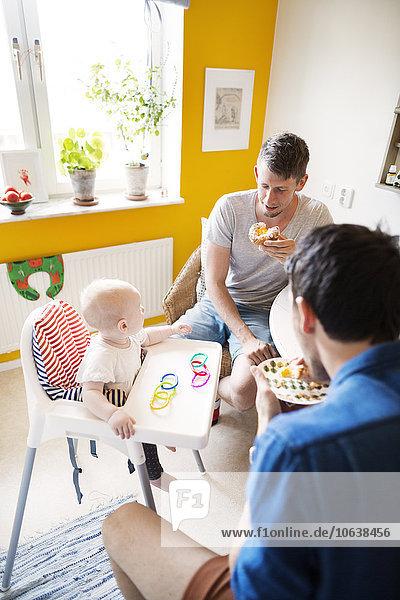 hoch oben sitzend Interior zu Hause Mann Stuhl Mädchen Baby Frühstück