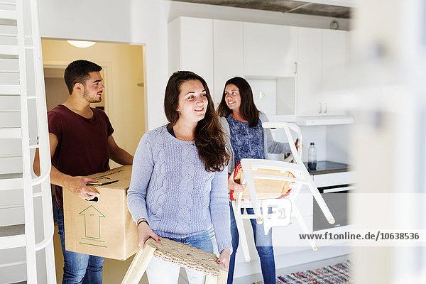 Frau Freundschaft Bewegung Eigentumswohnung Möbel neues Zuhause