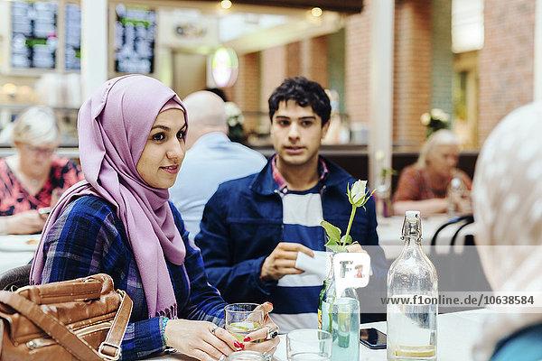 sitzend Frau Freundschaft Cafe Zug Tisch Haltestelle Haltepunkt Station