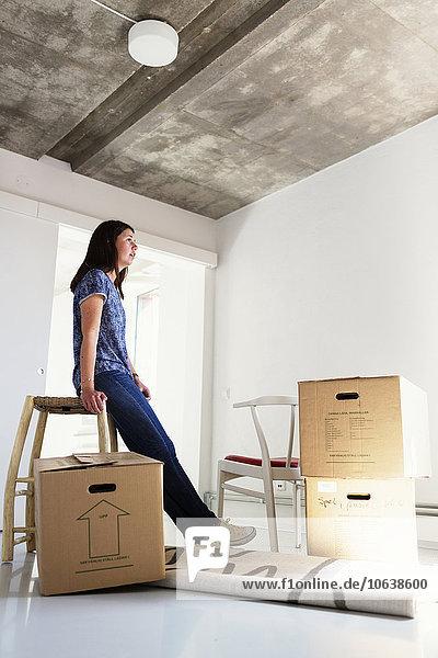 junge Frau junge Frauen Wohnhaus Ansicht Länge Seitenansicht voll neu
