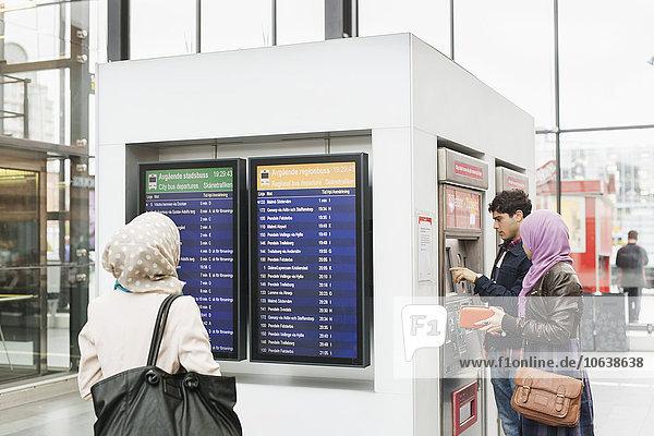 benutzen Frau Freundschaft Maschine Fahrschein Rückansicht Ansicht Zug vorlesen Terminplanung Haltestelle Haltepunkt Station