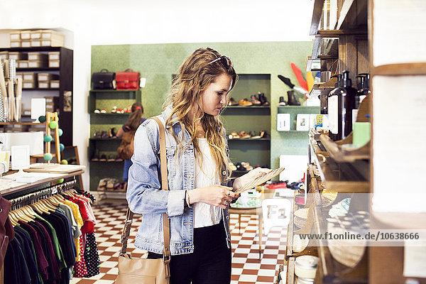 junge Frau junge Frauen kaufen Boutique