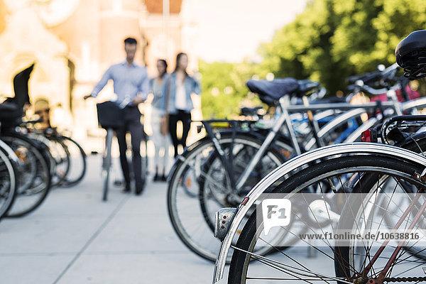 Freundschaft gehen parken Fahrrad Rad