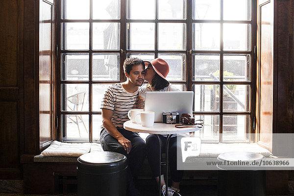 benutzen Mann Notebook küssen Cafe Freier Mitarbeiter freelancer