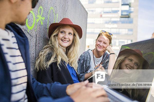 benutzen Notebook lächeln Großstadt