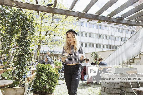 Frau Tasse gehen Weg halten Cafe Kaffee