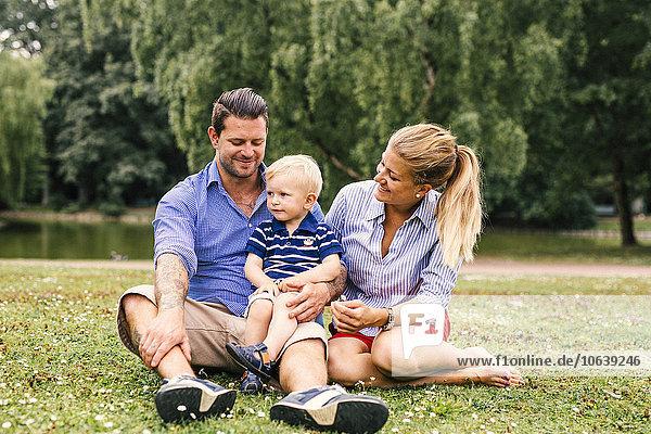sitzend sehen Sohn Menschliche Eltern