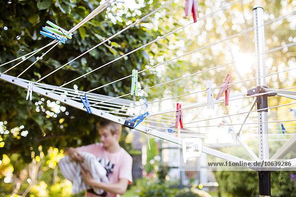 Wäscheleine Junge - Person hängen Garten Hintergrund Wäscheklammer Hinterhof