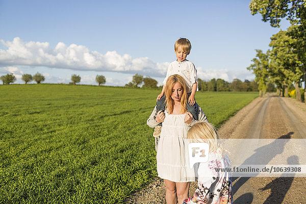 Frau sehen tragen Sohn Menschliche Schulter Schultern Schwangerschaft Feld Tochter