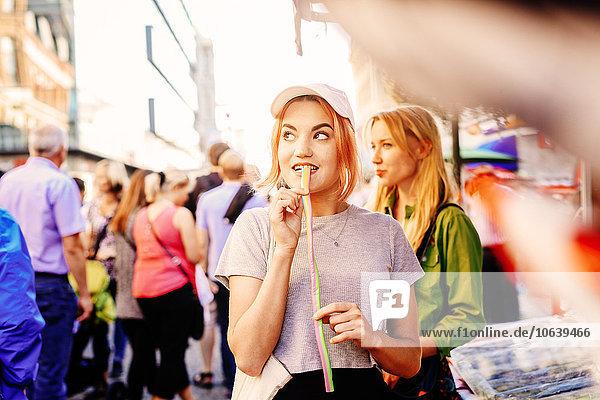 Außenaufnahme Frau essen essend isst Lakritze freie Natur Außenaufnahme,Frau,essen,essend,isst,Lakritze,freie Natur