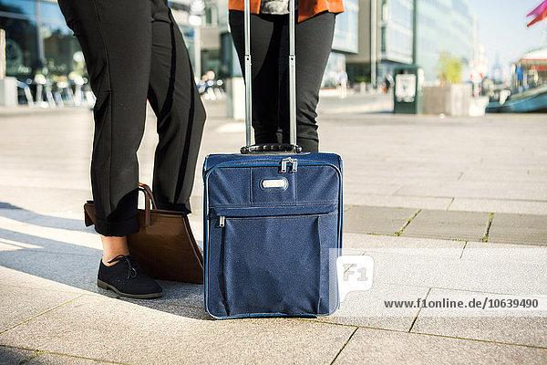 niedrig Anschnitt stehend Mensch Menschen Straße Gepäck Business