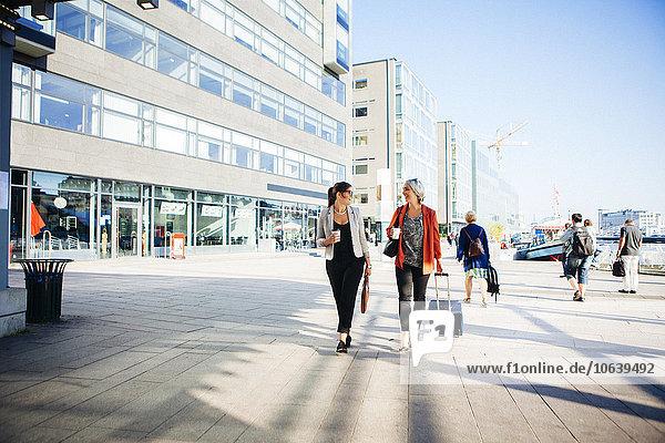 Geschäftsfrau Tasse gehen Straße halten Großstadt Kaffee
