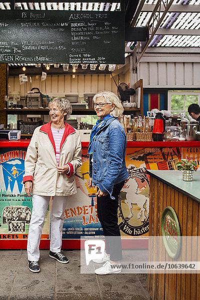 stehend Senior Senioren Frau Restaurant Tresen