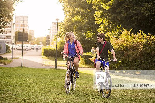 Fröhlichkeit radfahren Sport Mann und Frau