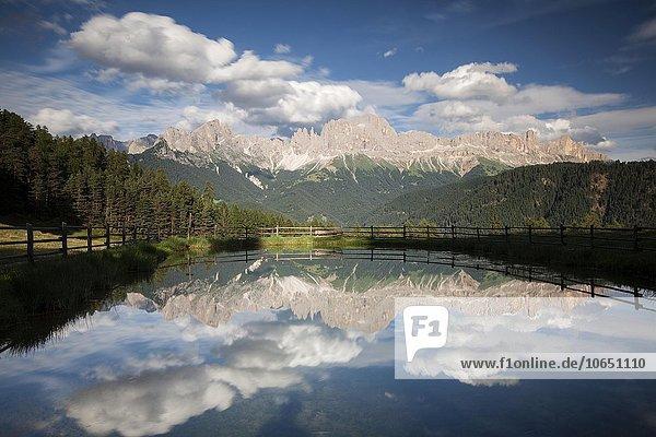 Gebirge  Rosengarten  Berge spiegeln sich in kleinem See  Dolomiten  Südtirol  Italien  Europa