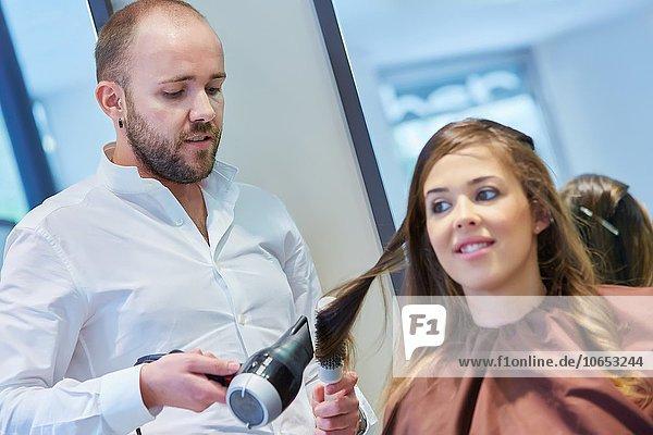 Frau Krankenhaus Beauty Haarkamm Friseur Friseursalon Frisur Frisuren Schnitt Schnitte Haarschnitt Haarschnitte Haar
